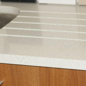 Kitchen worktop with drainage grooves